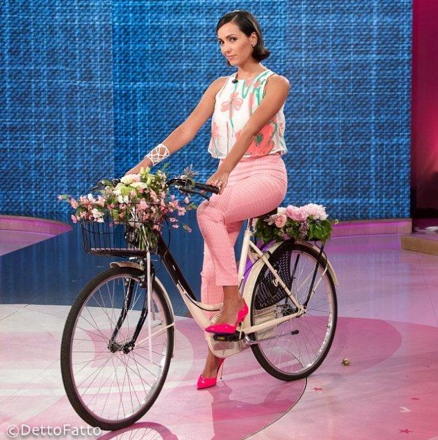 """Caterina Balivo a """"Detto Fatto"""", RAI 2, indossa il bracciale Mazinga bianco.Photo credits RAI-Detto Fatto"""