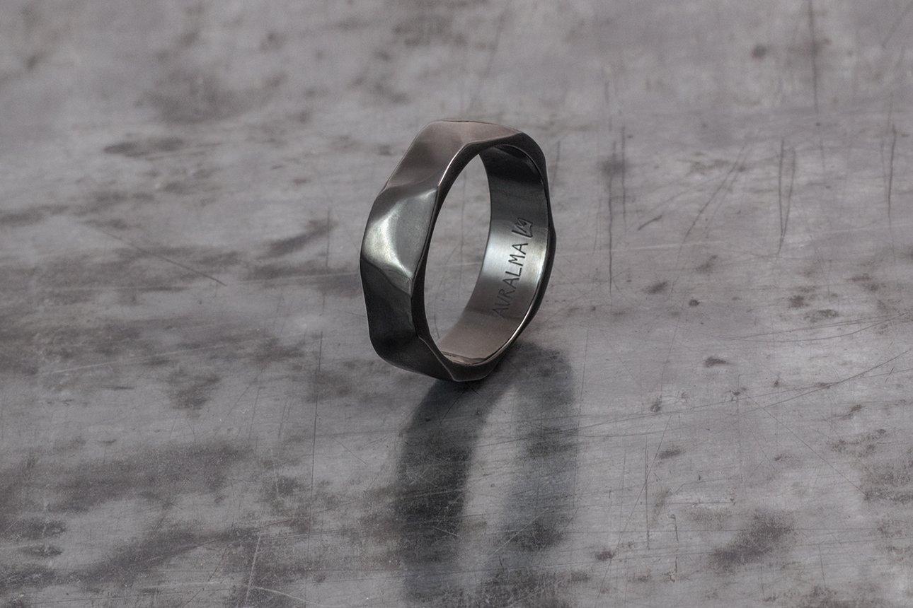 STONE PENTAGON, anello in titanio, finitura PVD nero