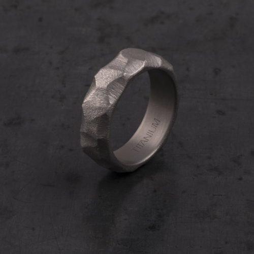 STONE-anello scolpito in Titanio